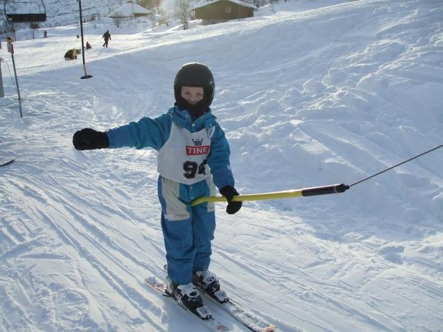 Sønnen min Kristian på skiskole. Snart er det klart for far og sønn i slalom bakken.